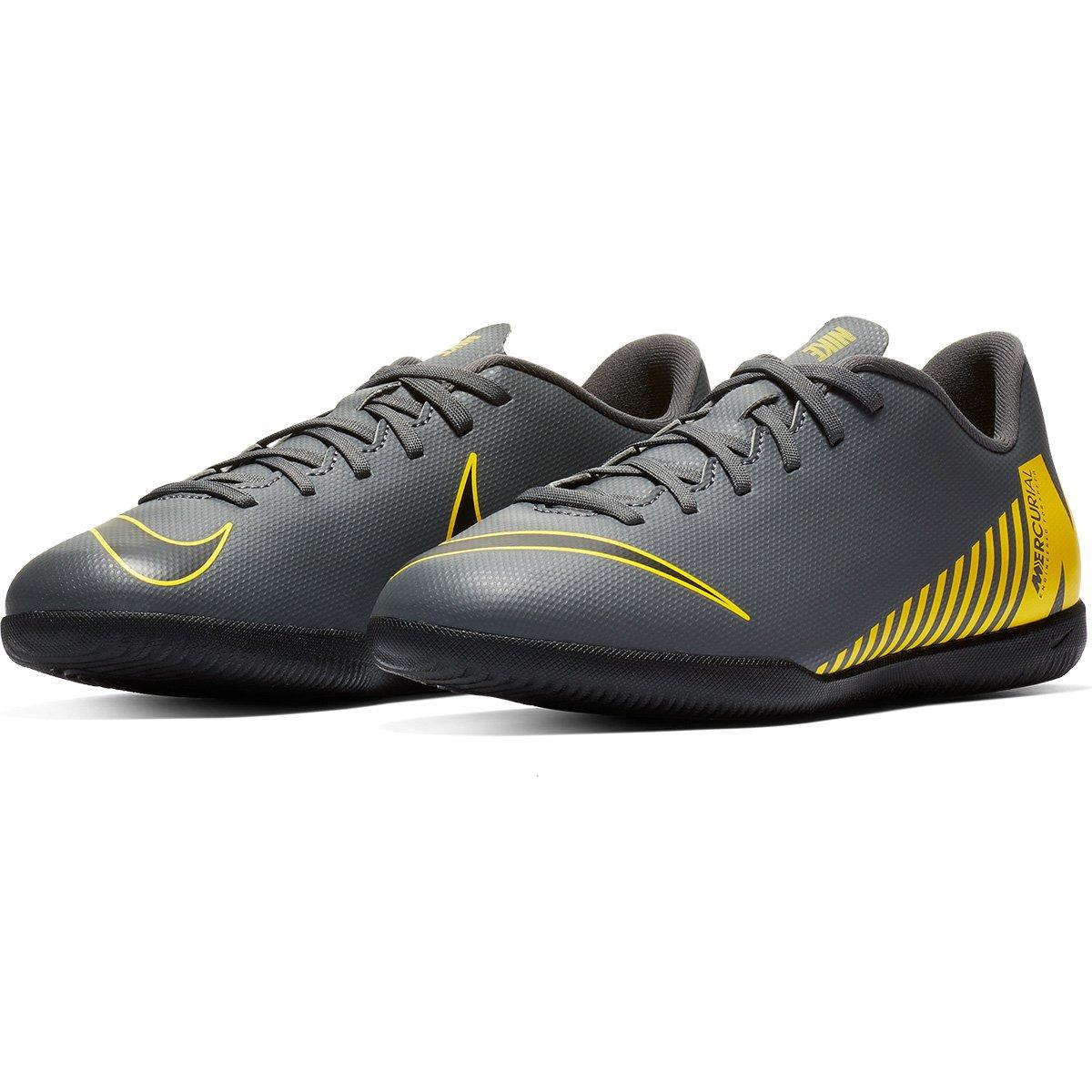 8862f0d46c Chuteira Futsal Infantil Nike Mercurial Vapor 12 Club Gs IC - Cinza e  Amarelo