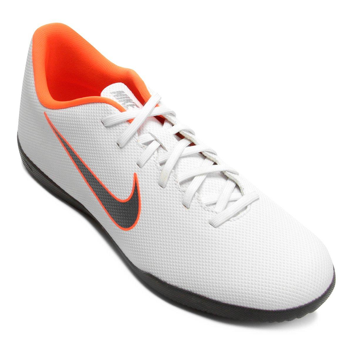 Chuteira Futsal Nike Mercurial Vapor 12 Club - Branco e Cinza ... 3105158f0e179